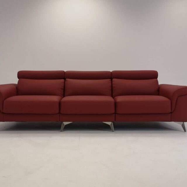 Under the spotlight today, our model Felice, a huge 3 seaters sofa, for the whole family. High legs, real leather, red color. Look the details... #leather #leathersofas #sofas #stileitaliano🇮🇹